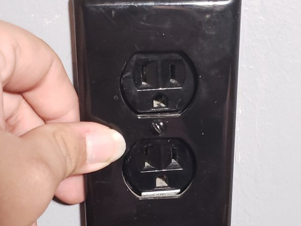 Retrieve the outlet cover plate, and tighten the middle screw to the middle of the outlet.