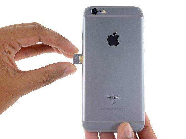 iPhoneからSIMカードトレイを取り出します。