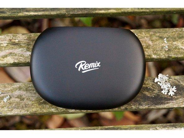 """Sur le dessus de l'appareil, nous retrouvons le logo de du PC, """"Remix"""", qui sert également de bouton de mise sous tension, via un capteur sensitif placé sous le logo."""
