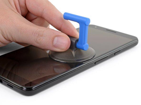 音量ボタンの真下、スクリーンの右側端上に吸盤カップを載せます。