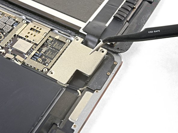 Remove the display cable bracket.