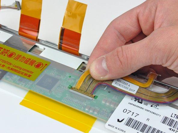 Desconecta el cable de datos de la pantalla tirando de su conector hacia el borde inferior de la pantalla, lejos de la toma de la pantalla LCD.