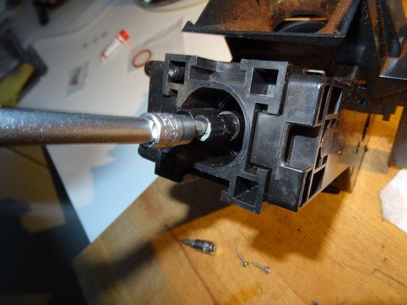 Mit einem 6mm Inbus (oder dem Schlüssel, der der Maschine beiliegt) kann das Brühsieb herausgeschraubt werden. Es bestimmt stark das Aroma, wenn es verschmutzt ist schmeckt der Kaffee schlecht.