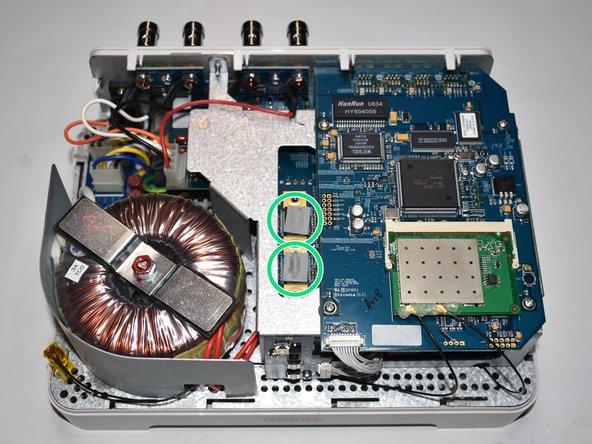 Auf der Unterseite des Deckels zwischen den Schrauben befinden sich zwei Wärmeleitpads die die entstehende Wärme von der Verstärker-Platine auf das Gehäuse übertragen.