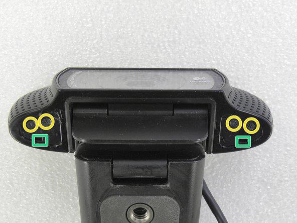 Remova os quatro parafusos philips. Pressione nos buracos, para destravar as tampas laterais.