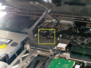 Pernos del conector de alimentación de pantalla rota