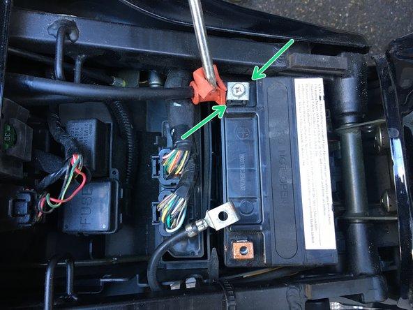 Bevor die Batterie wieder angeschlossen werden kann müssen sämtliche Stromverbraucher (Licht, Zündung, etc.) abgeschlatet sein.