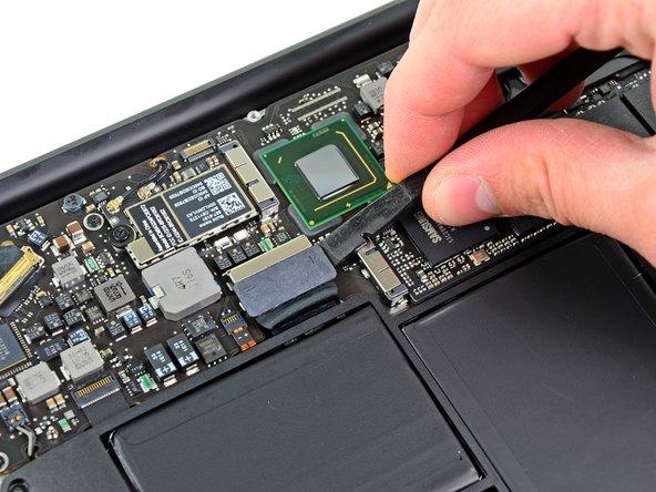 In questo passaggio dovrai scollegare la batteria per evitare di far fare corto circuito a qualsiasi componente durante la riparazione.