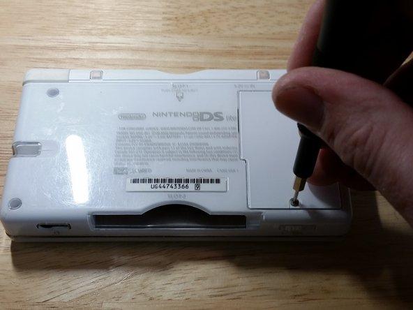 Desatornilla la carcasa de la batería con una punta PH000. Probablemente necesitaras abrir con fuerza la tapa de la batería debido a que se vuelve pegajosa con la edad. El compartimiento de la batería es apretado comúnmente a si que podrías hacer palanca suavemente para sacar la batería con un spudger de plástico.