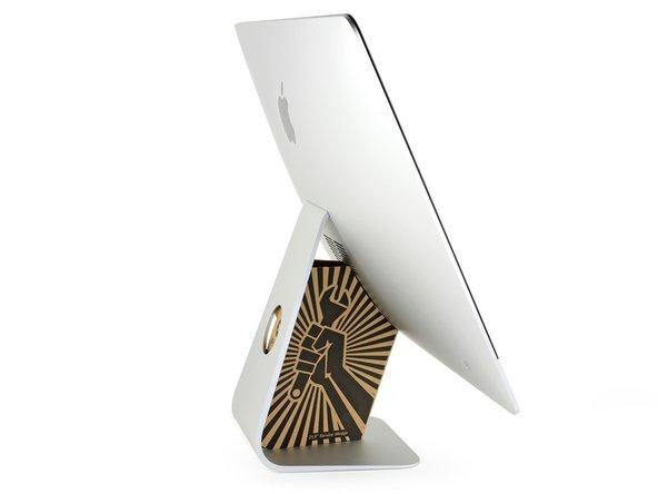 ヒンジは自由に動くため、iMacのバランスが取れにくく、作業が難しいです。iMacのサービスウェッジを配置すると、修理作業が安定した環境で行うことができます。