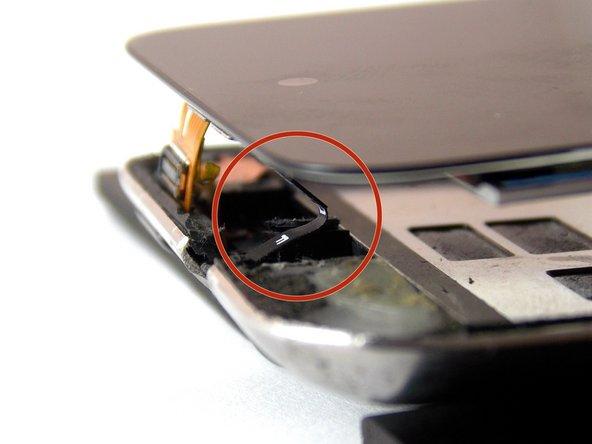 Esta es la forma correcta de doblar el cable flex de la pantalla.