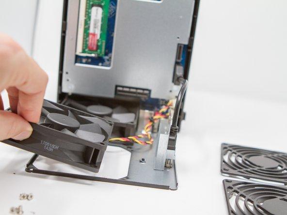 Retirer les câbles d'alimentation des ventilateurs en prenant soin de les repérer (on ne sait jamais) situés sur la carte mère.