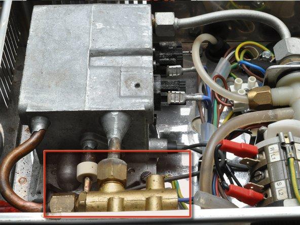 Nach dem Öffnen des Deckels, zeigt die Maschine ihr Inneres.