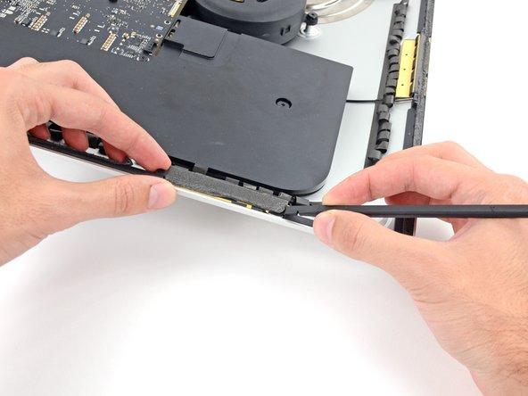 Avant de commencer à placer des bandes, enlevez tout le vieil adhésif. Utilisez un spudger pour écorcher un bord, puis pelez avec vos doigts.