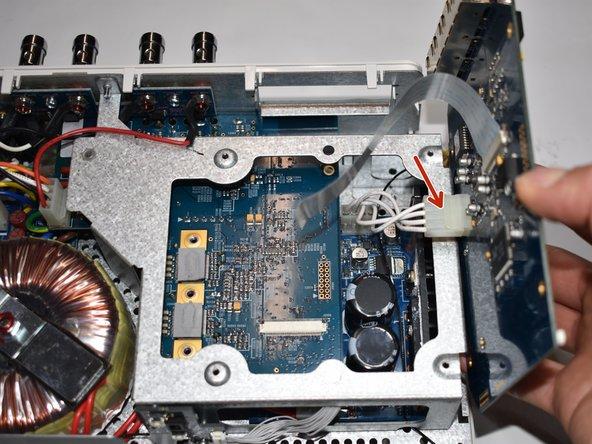 Entferne das Kabel für die Stromversorgung von der Netzwerkkarte. Der Stecker ist durch eine Plastiknase gesichert. Drücke die Nase weg vom Stecker um ihn rauszuziehen.