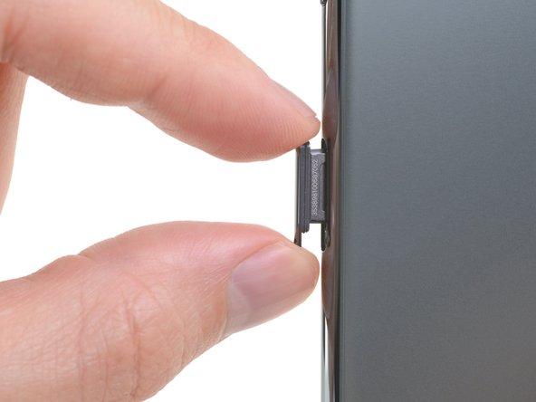 Entferne den SIM Einschub vom iPhone.