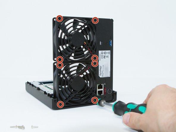 Retirez les 8 vis des grilles des ventilateurs. Elles permettent de maintenir à la fois les grilles et les ventilateurs.