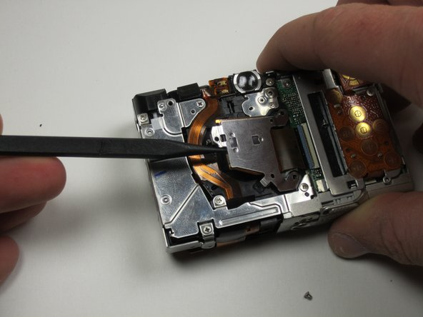 Now you can carefully lift up the image sensor and remove it from the camera.