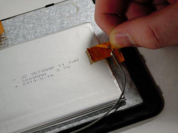 Utilisez vos doigts pour séparer le fil ruban de la batterie et du dos de l'écran.