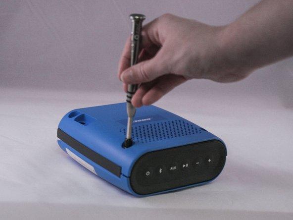 Entferne die vier 1,8 cm Torx Plus TR Schrauben vom äußeren Gehäuse.