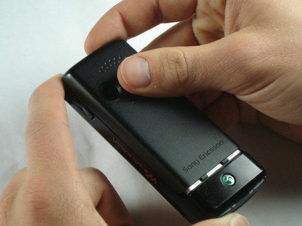 Faites glisser le couvercle de la batterie vers le haut et hors du téléphone.