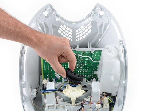 Um an das Filetstück des Thermomix zu gelangen, nehmen wir den Drehgeber des Wahlknopfes, die Motorabdeckung und den 5-Pin-Stecker heraus.