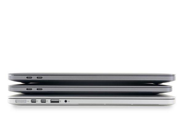 """Empilez les MacBook comme des crêpes et vous verrez que le nouveau MacBook Pro est bien plus grand et à peine plus épais que les dernier modèle 15"""". Il ressemble plutôt à l'édition 2015–par la taille, pas la sélection des ports."""