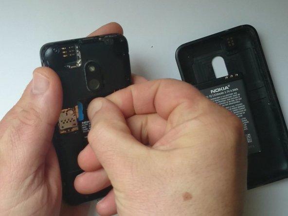 Schalte das Gerät aus und entferne den Akku und die SIM (Memory) Karte.