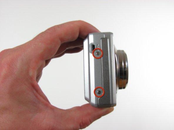 Utilisez un tournevis cruciforme # 00 pour retirer les sept vis de 4,5 mm.