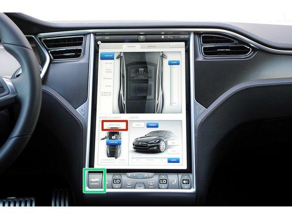 Comience abriendo el frunk usando los controles de la pantalla táctil o el llavero.