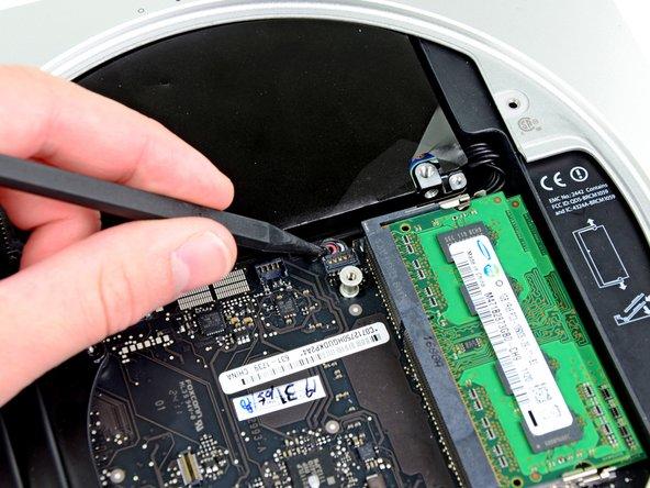 スパッジャーの先を使って、IRセンサーコネクターをロジックボードのソケットから持ち上げます。