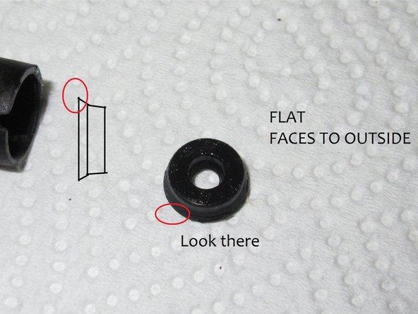 Achte beim Zusammenbau darauf, dass die Lippen der Dichtungen zur Druckseite, also nach innen zeigen, die flache Seite nach außen.