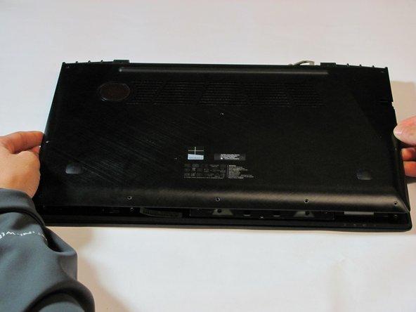 Trek de achterste cover voorzichtig van de laptop af. Deze zou er gemakkelijk vanaf moeten komen.