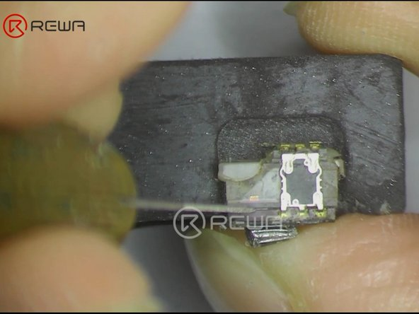 Cut off bracket securing the infrared camera and the dot projector with Cutting Nipper. Then place the front camera, the dot projector and the infrared camera in corresponding slots of the heating platform.