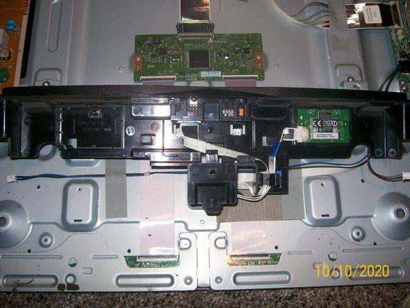 پس از برداشتن درپوش عقب ، مجموعه آن تنظیم شد.  پایین تلویزیون در پایین عکس.  پس از قطع اتصال دو بلندگو با کشیدن بالا برداشته شد.  بعدی حذف پانل سیاه پایین است که دکمه پاور و پایه بلندگوها را در خود جای داده است.