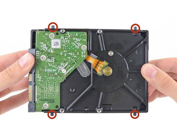 从旧硬盘上卸下四个8.1 mm T8 螺丝柱,然后将它们更换到新硬盘上。
