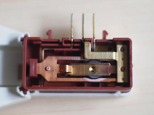 Entferne die Türverriegelung deiner Maschine. Bei meiner Waschmaschine musste ich die Gummiblende entfernen und zwei Schrauben lösen. Dann konnte ich die Verriegelung mit einem 3-poligen Kabel entfernen. Auf der Rückseite ist eine Plastikblende, bei der man die Schrauben auch lösen muss.