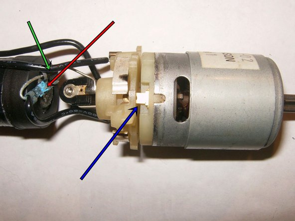 The motor is held to the contact carrier by two elongated contacts. Clearly visible is a charging Diode as we as plenty of corrosion on the positive contact.