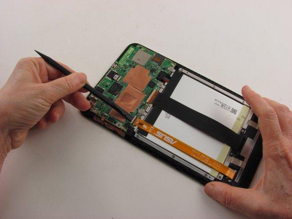 Utilisez l'extrémité plate du spudger en nylon pour relever le volet de retenue du connecteur ZIF (Zero Insertion Force) qui maintient le câble ruban orange en place.