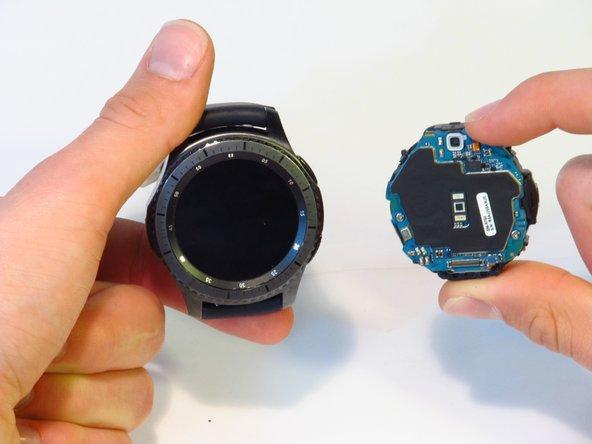 Ensamblaje de la pantalla frontal de un Samsung Gear S3 Frontier