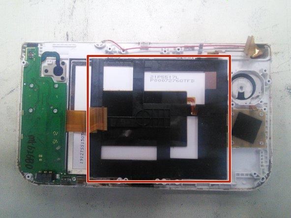 La pièce marquée en rouge est le support de l'antenne NFC, il faut l'enlever avant d'accéder au bloc LCD/Tactile.
