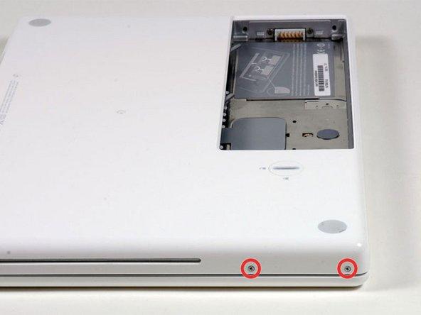 コンピューターの光学ドライブ側にある二つのネジを外してください。