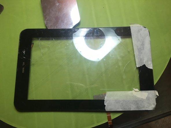 Scaldare e con uno strumento sottile aiutarsi a scollare il vetro dal supporto in plastica