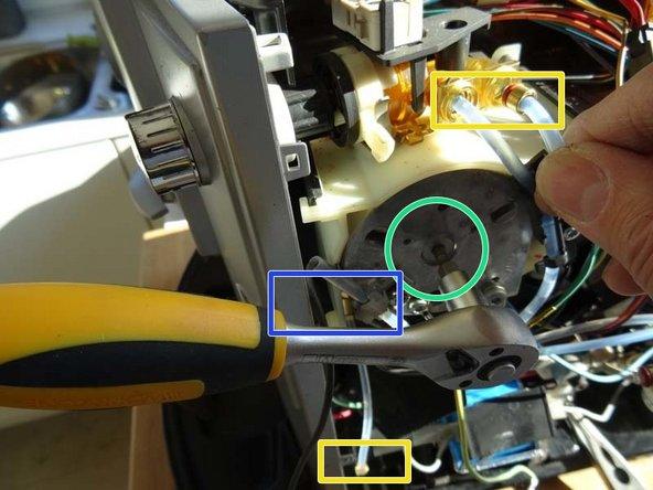 Zuerst die Klammern an den Schlauchverbindern ziehen, dann die Schläuche herausziehen.