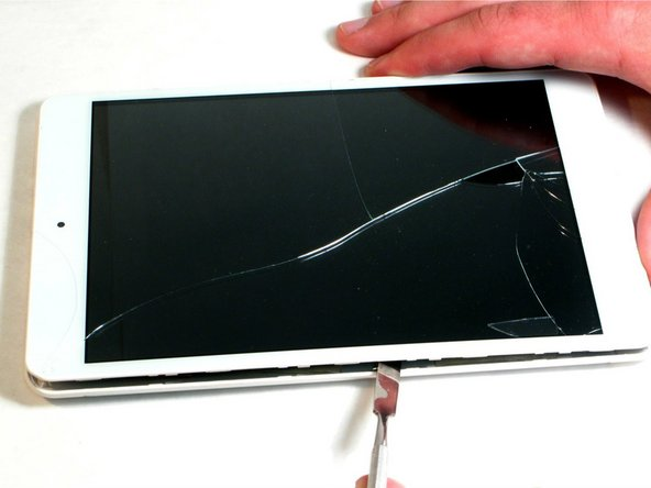 Starting near the middle edge of the Trio Stealth-G4X tablet, gently work an opening pick or spudger in between the seams of one side of the tablet.