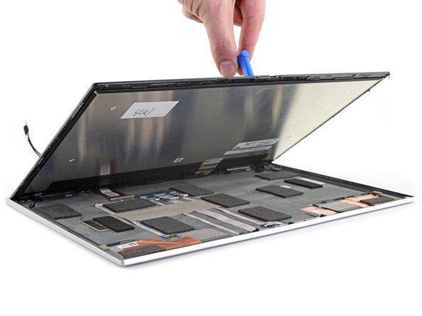 The display is quite easy to disconnect, and no cables or components are in danger during the prying procedure.