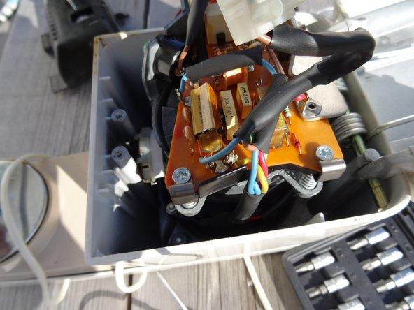 Die Motorelektronik liegt offen da. Bei anderen A901 Modellen sieht sie anders aus. Du erkennst aber häufig den defekten Kondensator. Tausche ihn und weitere Kondensatoren und Widerstände aus. Der Triac leidet dabei sehr leicht. Tausche ihn aus. Die Bauteile sind sehr preiswert.