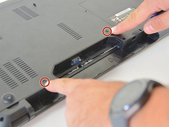 À l'aide du tournevis Philips #0, dévissez les 2 vis du capot inférieur.