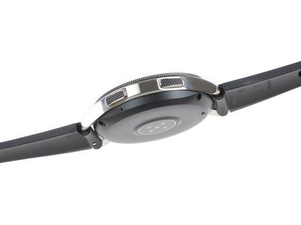 Una rápida encuesta orbital revela que hay dos botones mecánicos en un lado del reloj, con un pequeño orificio para el micrófono.