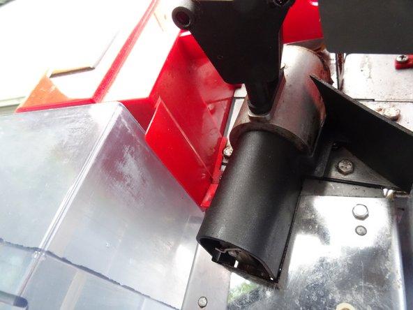 Ziehe die beiden schwarzen Schutzkappen über der Mechanik oben und unten ab.